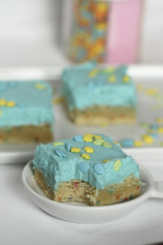 Sugar Cookie Bars {satisfymysweettooth.com}