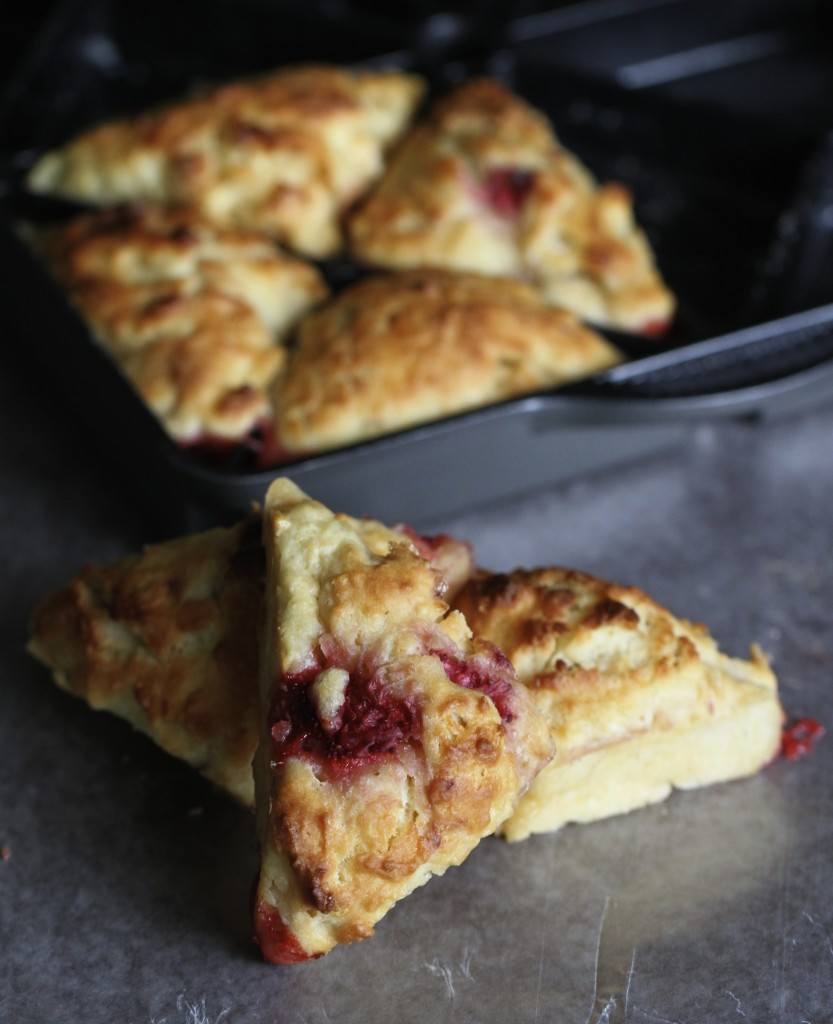 Strawberry White Chocolate Scones {satisfymysweettooth.com}