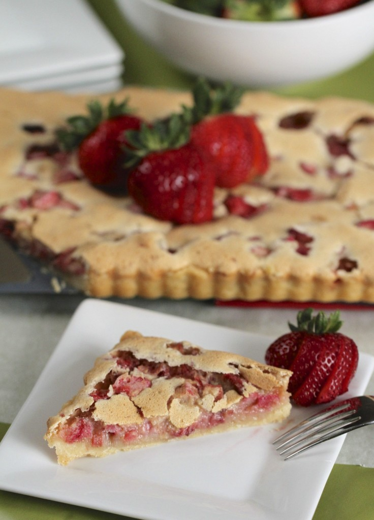 Strawberry Rhubarb Custard Tart {satisfymysweettooth.com}