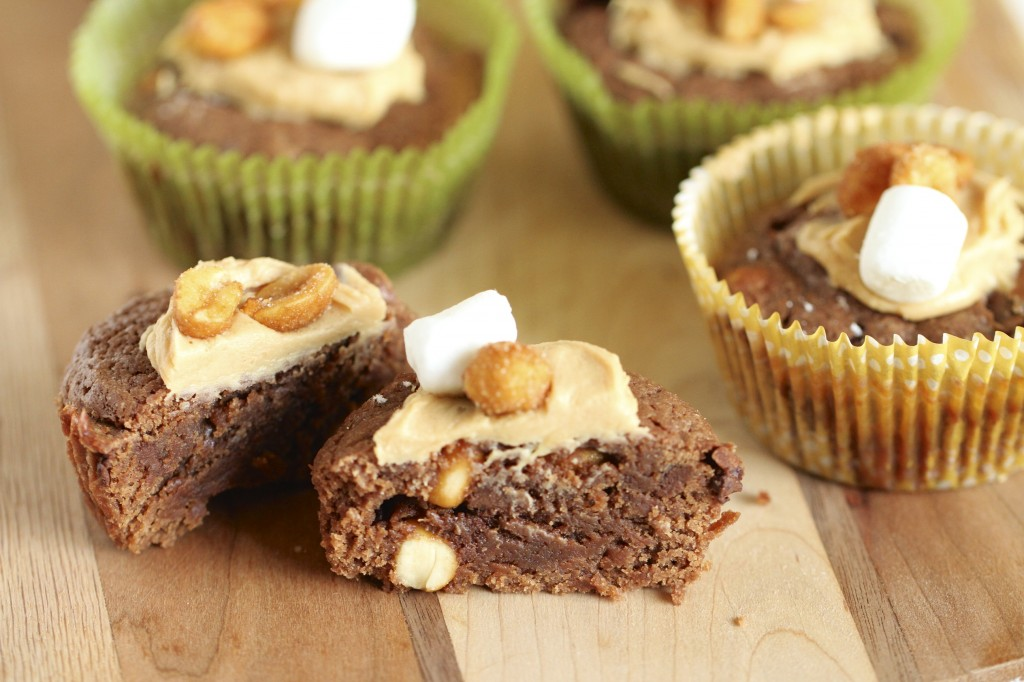 Peanut Mallow Brownie Cups {satisfymysweettooth.com}