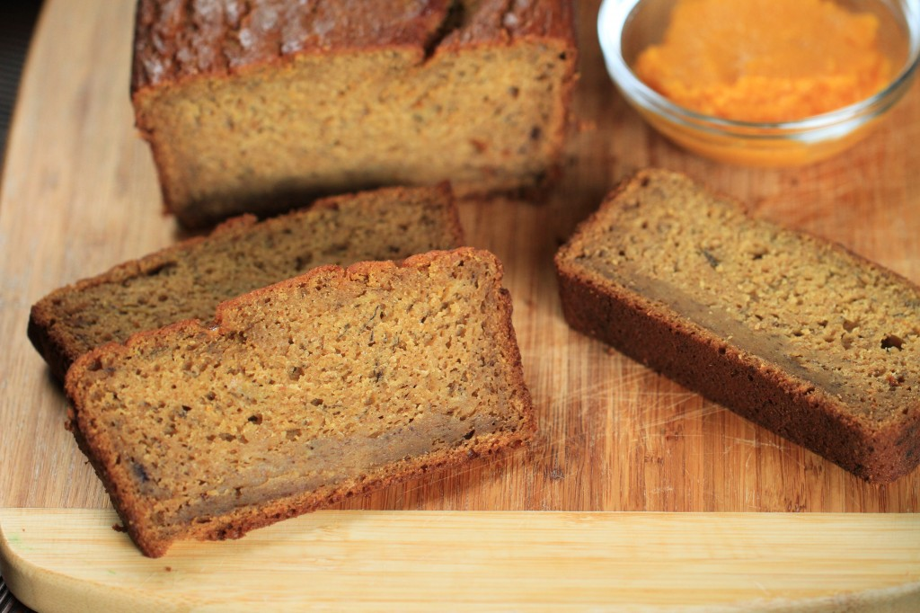Pumpkin Vanilla Banana Bread {satisfymysweettooth.com}